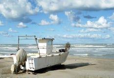 рыболовство шлюпки пляжа старое Стоковая Фотография RF