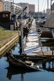 рыболовство шлюпки старое Старая sunken рыбацкая лодка в порте Стоковое Изображение