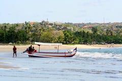 Рыболовы в рыбацкой лодке на волнах Призвания на Бали стоковое фото rf