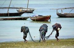 Рыболовы идя работать, Занзибар стоковая фотография