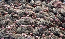 Рыболовы ловят сетью аккуратно сложенный, подготавливают для использования текстура стоковое изображение rf