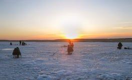 Рыболовы на замороженной рыбной ловле льда озера стоковое изображение