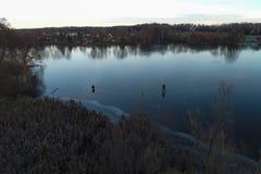 Рыболовы на первом льде на реке Тонкий лед реки с отражениями стоковая фотография rf
