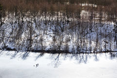 Рыболовы на поверхности замороженного озера Стоковые Фото