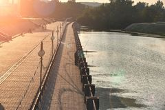 Рыболовы на портовом районе улавливают рыбу на заходе солнца Стоковое Изображение