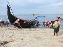 Рыболовы, пляж Marari, Керала Индия Стоковая Фотография