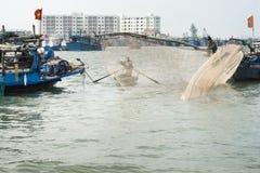 Рыболовы принося корзины с креветками к Shoreside Стоковое Изображение RF