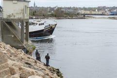Рыболовы пробуя их везение на барьере урагана стоковое фото