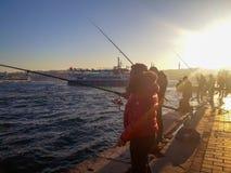 Рыболовы рыболовные удочки в Karakoy Стамбуле Стоковое Фото