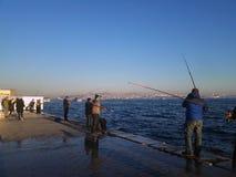 Рыболовы удя на доке Стамбуле Bosphorus Стоковые Фотографии RF