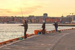 Рыболовы удя на набережной около Akershus рокируют в Осло, Норвегии стоковое изображение rf
