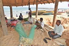 Рыболовы шить сеть на пляже Rushikonda в Vishakhpatnam стоковые изображения