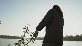Рыболов бросает рыболовную удочку в воду Рыбная ловля человека с рыболовной удочкой Рыбная ловля реки сток-видео