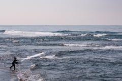 Рыболов бросая его сеть от пляжа Стоковые Изображения RF