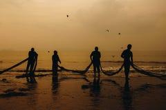 Рыболов вытягивает их трал стоковое фото
