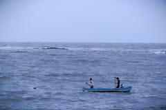 2 рыболов в шлюпке в Аравийском море, Мумбай, Индия стоковое изображение