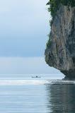 Рыболов в шлюпке, море Banda, Индонесия стоковые фотографии rf