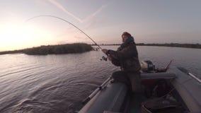 Рыболов дилетанта улавливает щуку сток-видео
