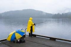 Рыболов дождливого дня на озере Sasamat стоковое фото
