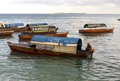 Рыболов и деревянный корабль рыбной ловли в открытом море около Занзибара стоковые изображения