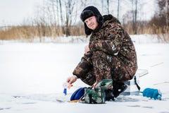 Рыболов льда на озере зимы Стоковое Изображение RF