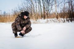 Рыболов льда на озере зимы Стоковое Фото