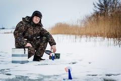 Рыболов льда на озере зимы Стоковые Фотографии RF