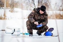 Рыболов льда на озере зимы Стоковые Фото