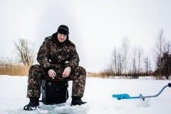Рыболов льда на озере зимы Стоковое Изображение