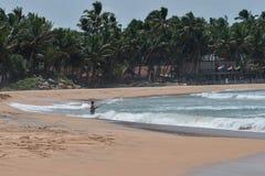 Рыболов на берегах Индийского океана стоковое изображение