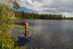 Рыболов на озере Стоковые Изображения
