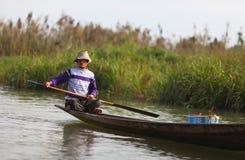Рыболов на озере Inle гребя его кане на wat Стоковое фото RF