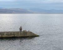 Рыболов на пляже в осени в Крыме Стоковые Фото