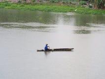 рыболов на шлюпке стоковые фотографии rf