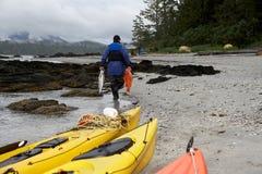 Рыболов нося его задвижка вдоль пляжа Стоковое Фото
