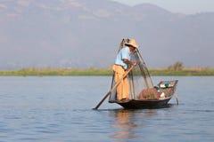 Рыболов озера в действии, Мьянмы Inle Стоковое Изображение
