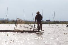 Рыболов озера в действии, Мьянмы Inle Стоковое Изображение RF