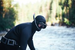 Рыболов охотника на побережье реки леса Стоковое Изображение