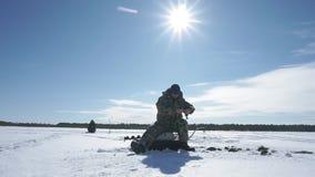 Рыболов улавливает рыбу, спорт зимы, хобби зимы акции видеоматериалы