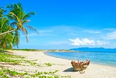 рыболов шлюпки пляжа анкера старый Стоковые Фотографии RF