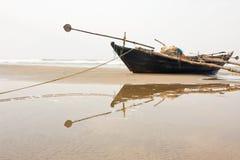 рыболов шлюпки пляжа Стоковая Фотография