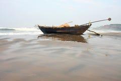 рыболов шлюпки пляжа Стоковые Изображения