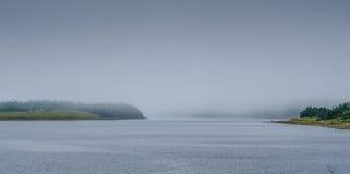2 рыболова в Ньюфаундленде fog на береге входа Стоковая Фотография RF