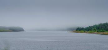 2 рыболова в Ньюфаундленде fog на береге входа Стоковое Фото