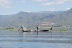 2 рыболова в такой же шлюпке Osario, озеро Inle myanmar Стоковая Фотография RF