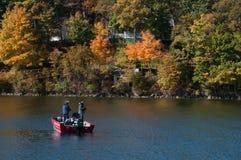 2 рыболова удя в озере Delavan, Висконсине Стоковая Фотография
