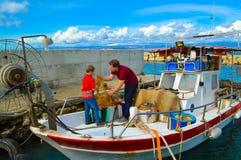 Рыболовная сеть чистки отца и сына Стоковые Изображения
