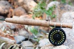 Рыболовная удочка, вьюрок и муха мухы стоковое фото