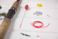 Рыболовные принадлежности на белой деревянной предпосылке Стоковые Изображения RF