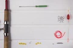 Рыболовные принадлежности на белой деревянной предпосылке Стоковое Фото